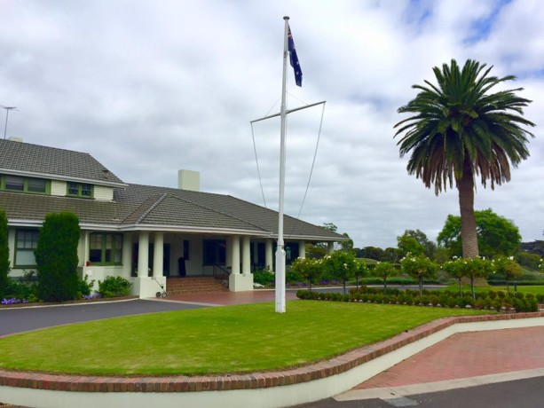 Front of clubhouse at Victoria Golf Club