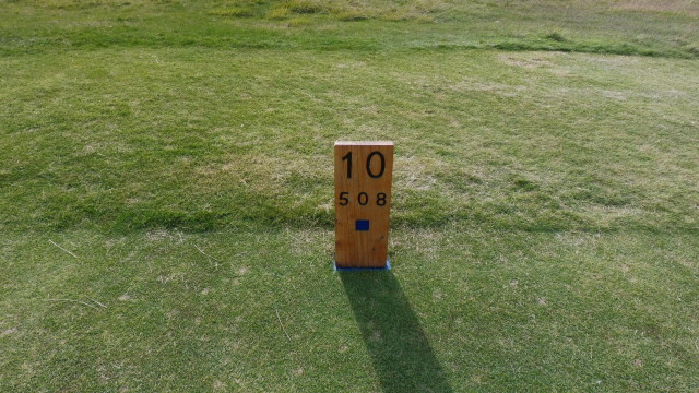 The tee marker at Thirteenth Beach Golf Links Creek Course